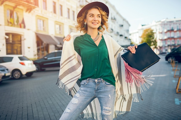 Retrato de mulher feliz e positiva sorrindo cândido, estilo de rua da moda primavera, vestindo blose verde