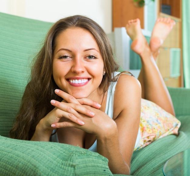 Retrato de mulher feliz em casa