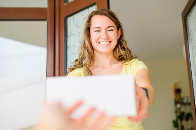 Retrato de mulher feliz em receber produtos encomendados