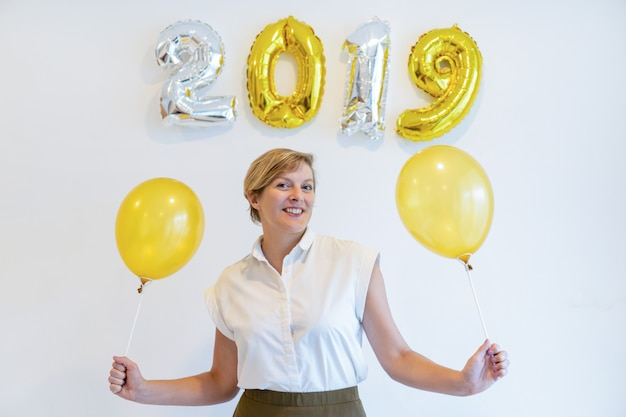 Retrato, de, mulher feliz, ficar, com, balões, sob, 2019, sinal