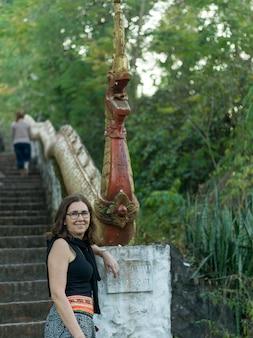 Retrato, de, mulher feliz, ficar, perto, escultura, monte, phousi, luang, prabang, laos