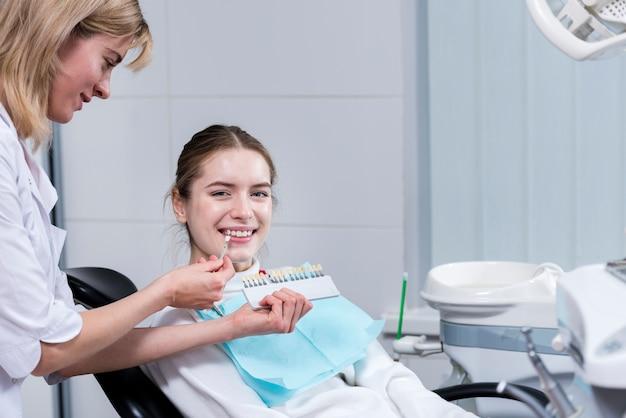 Retrato de mulher feliz no dentista