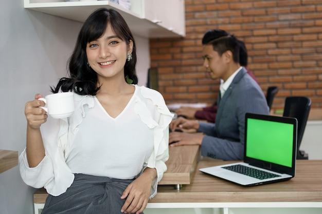 Retrato de mulher feliz, ocupada, fazendo uma pausa para o café