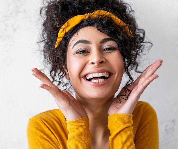 Retrato de mulher feliz rindo
