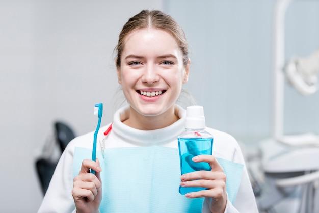 Retrato de mulher feliz, segurando a escova de dentes