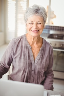 Retrato de mulher feliz sênior