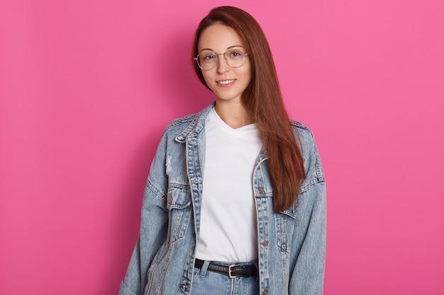 Retrato de mulher feliz, vestida de óculos jeans