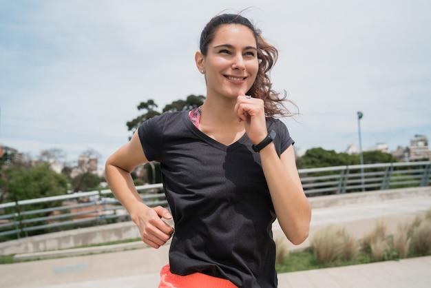Retrato de mulher fitness correndo