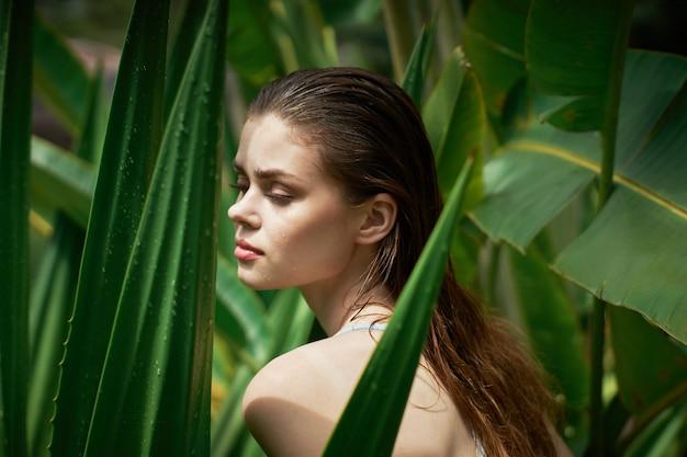 Retrato de mulher, folhas verdes de palmeiras, rosto bonito