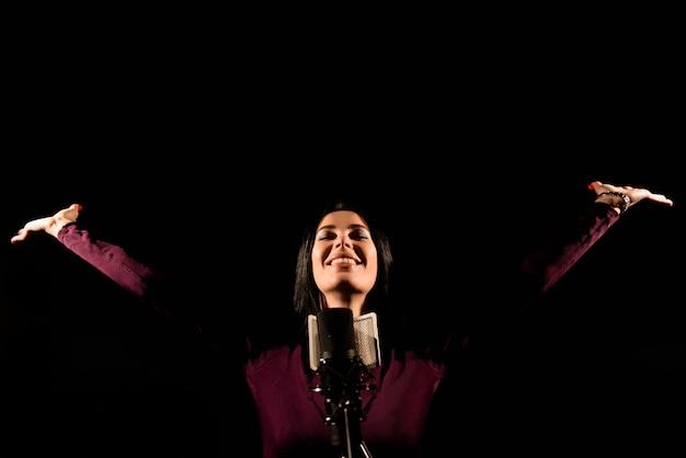 Retrato, de, mulher, gravando uma canção, em, um, profissional, estúdio