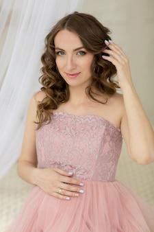 Retrato de mulher grávida em rosa