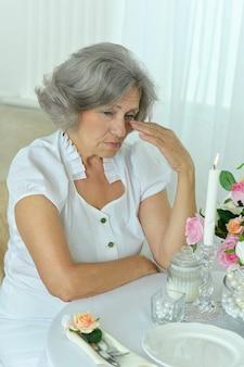 Retrato de mulher idosa chorando na sala