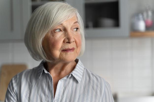 Retrato de mulher idosa com alzeihmer