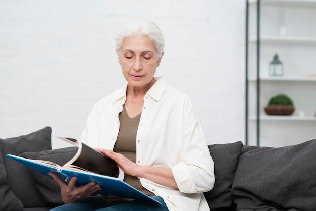 Retrato de mulher idosa segurando uma revista