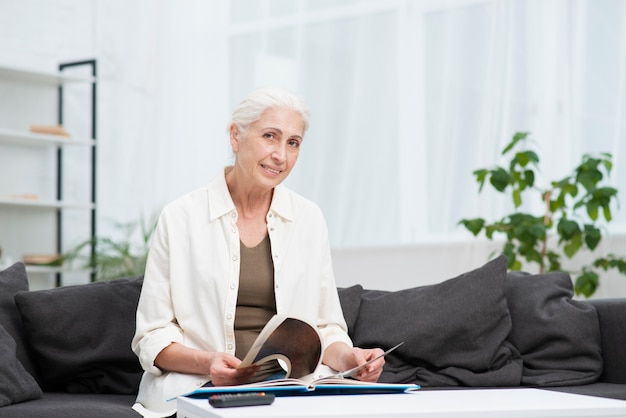 Retrato, de, mulher idosa, sorrindo
