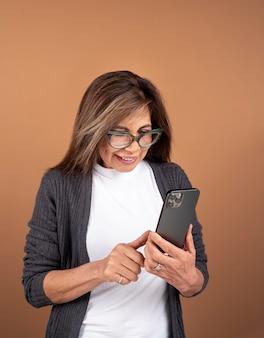 Retrato de mulher idosa usando seu smartphone
