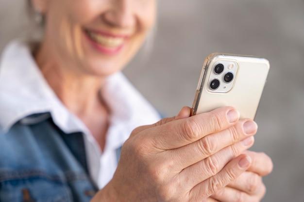 Retrato de mulher idosa usando smartphone