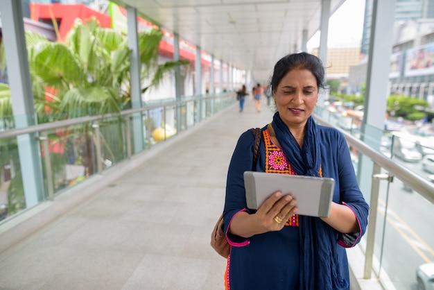 Retrato de mulher indiana linda madura, explorando a cidade de bangkok, tailândia