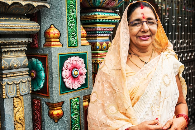 Retrato de mulher indiana no templo