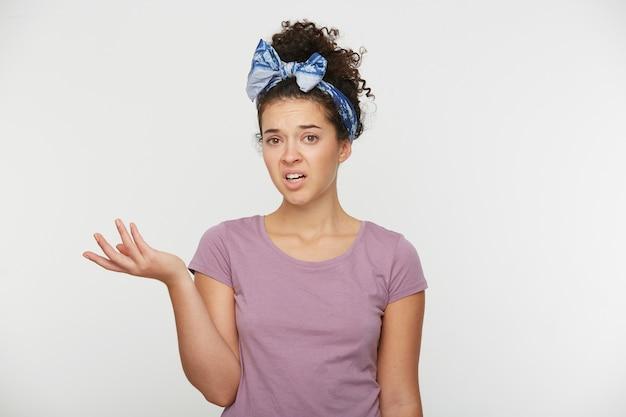 Retrato de mulher irritada cerrando os dentes de irritação, levantou a mão em um mal-entendido