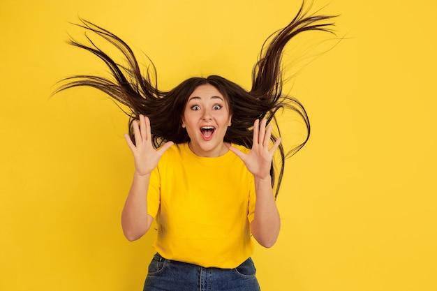 Retrato de mulher isolado na parede amarela do estúdio