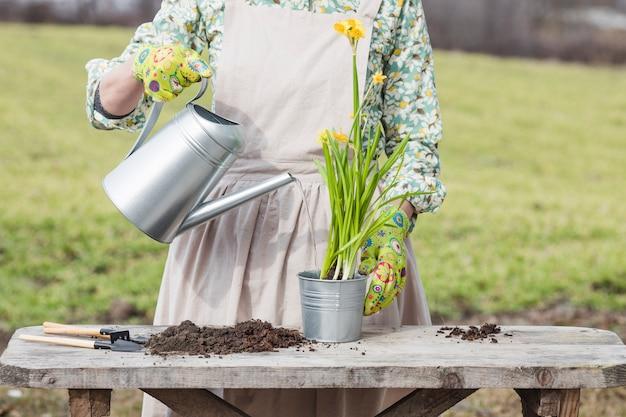 Retrato, de, mulher, jardinagem
