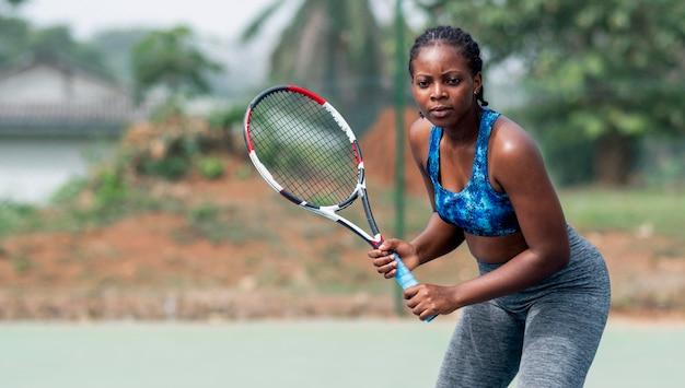 Retrato de mulher jogando tênis
