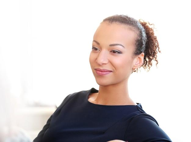 Retrato de mulher jovem afro-americana