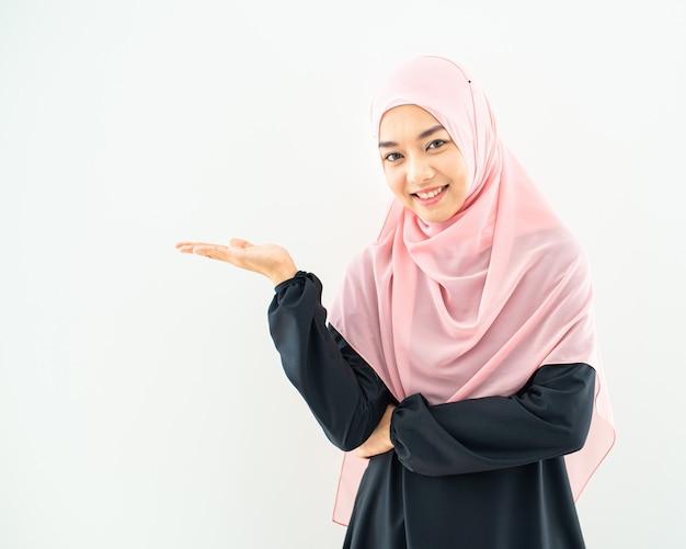 Retrato de mulher jovem asiática feliz com sorriso e rosto feliz.