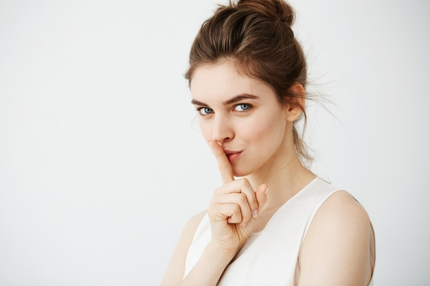 Retrato de mulher jovem bonita mostrando manter silêncio
