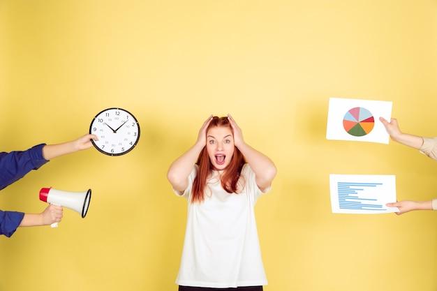 Retrato de mulher jovem caucasiana em estúdio amarelo