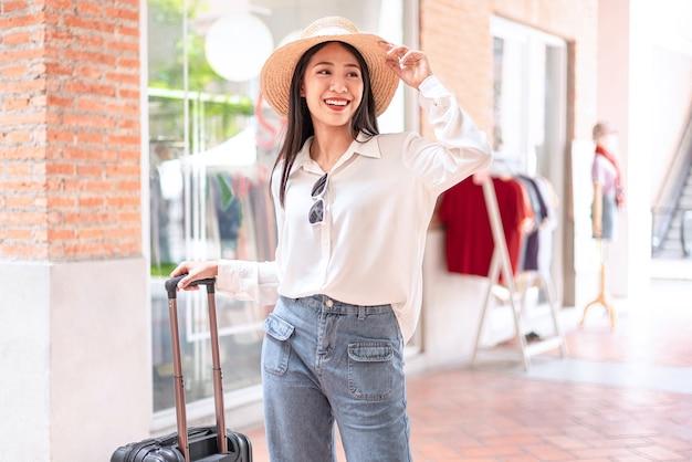 Retrato de mulher jovem com bagagem