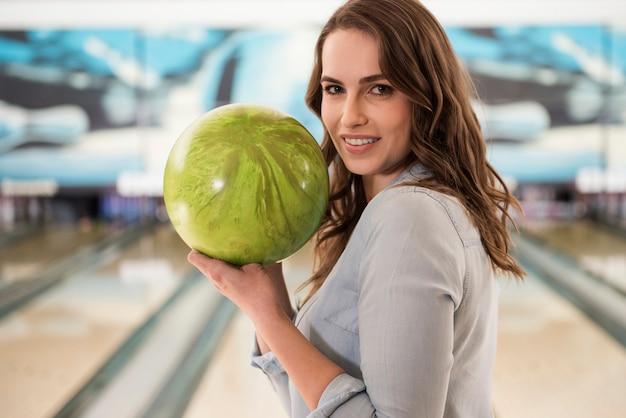 Retrato de mulher jovem com bola de boliche