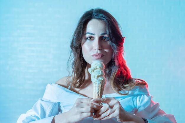 Retrato, de, mulher jovem, com, casquinha sorvete, trendy, duotone, efeito