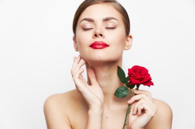 Retrato de mulher jovem com lábios vermelhos e rosa