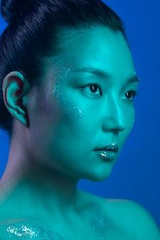 Retrato de mulher jovem com maquiagem