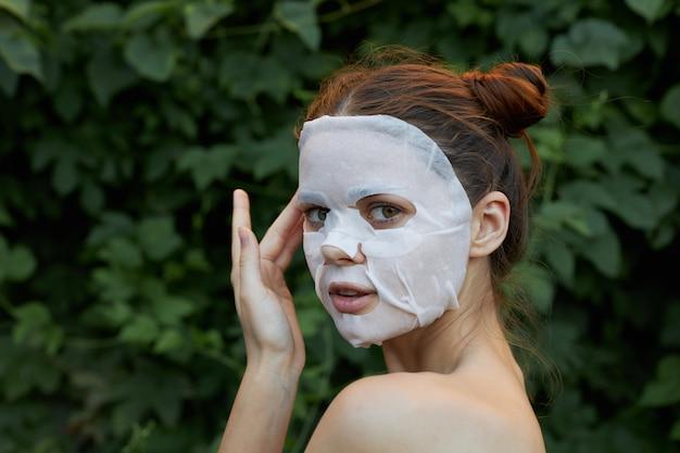 Retrato de mulher jovem com máscara facial