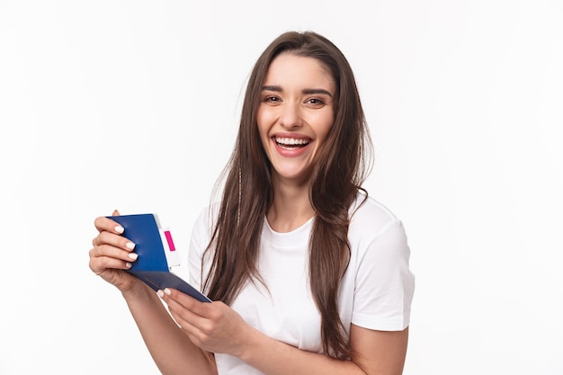 Retrato de mulher jovem com passaporte