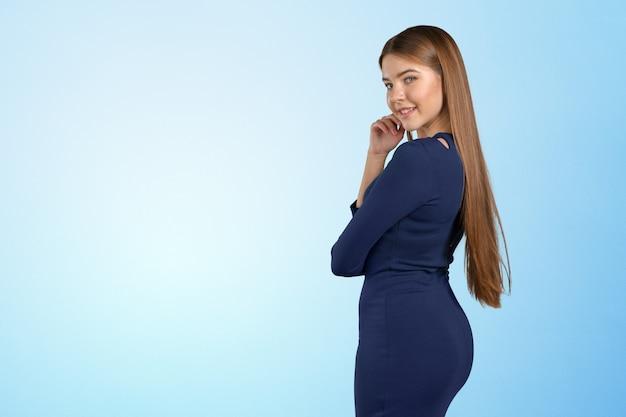 Retrato de mulher jovem confiante em pé