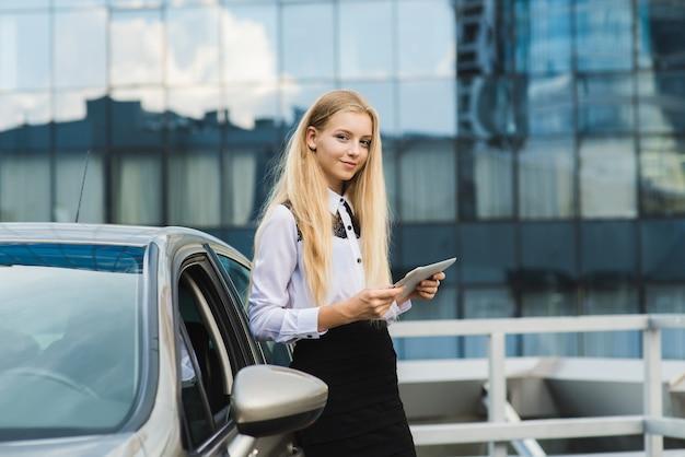 Retrato de mulher jovem de negócios com tablet