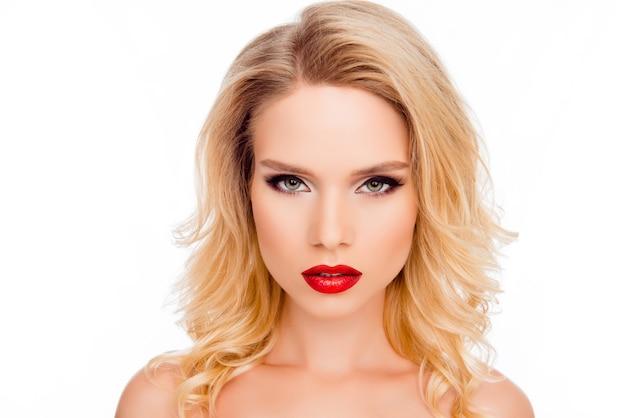 Retrato de mulher jovem e atraente com maquiagem brilhante e elegante