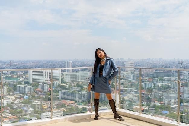 Retrato de mulher jovem e bonita ao ar livre no telhado