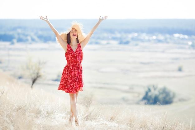 Retrato de mulher jovem e bonita ao ar livre no verão suculento ou outono feminino no outono. senhora da natureza vestido vermelho elegante.