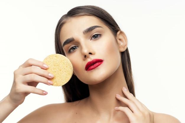 Retrato de mulher jovem e bonita beleza, cuidados com a pele do rosto