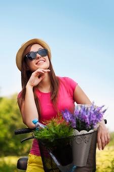 Retrato de mulher jovem e bonita com bicicleta
