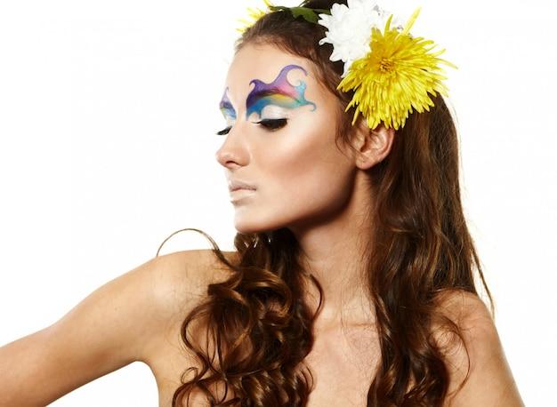 Retrato de mulher jovem e bonita com flores delicadas