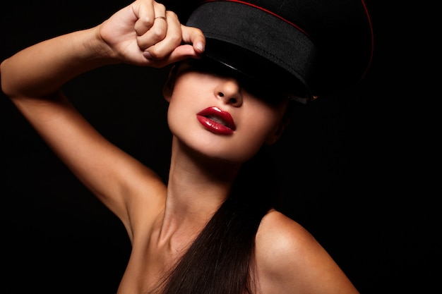 Retrato de mulher jovem e bonita com lábios vermelhos