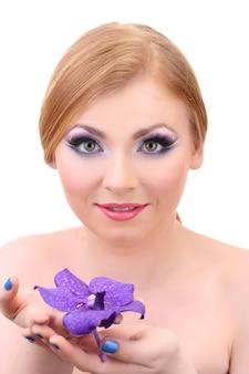 Retrato de mulher jovem e bonita com maquiagem e flores glamour, isolado no branco