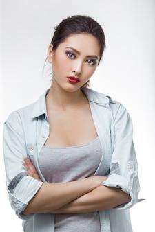 Retrato de mulher jovem e bonita com olhar sério.
