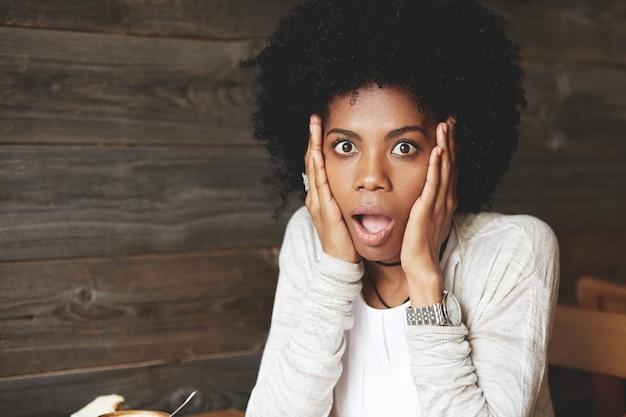 Retrato de mulher jovem e bonita com penteado afro